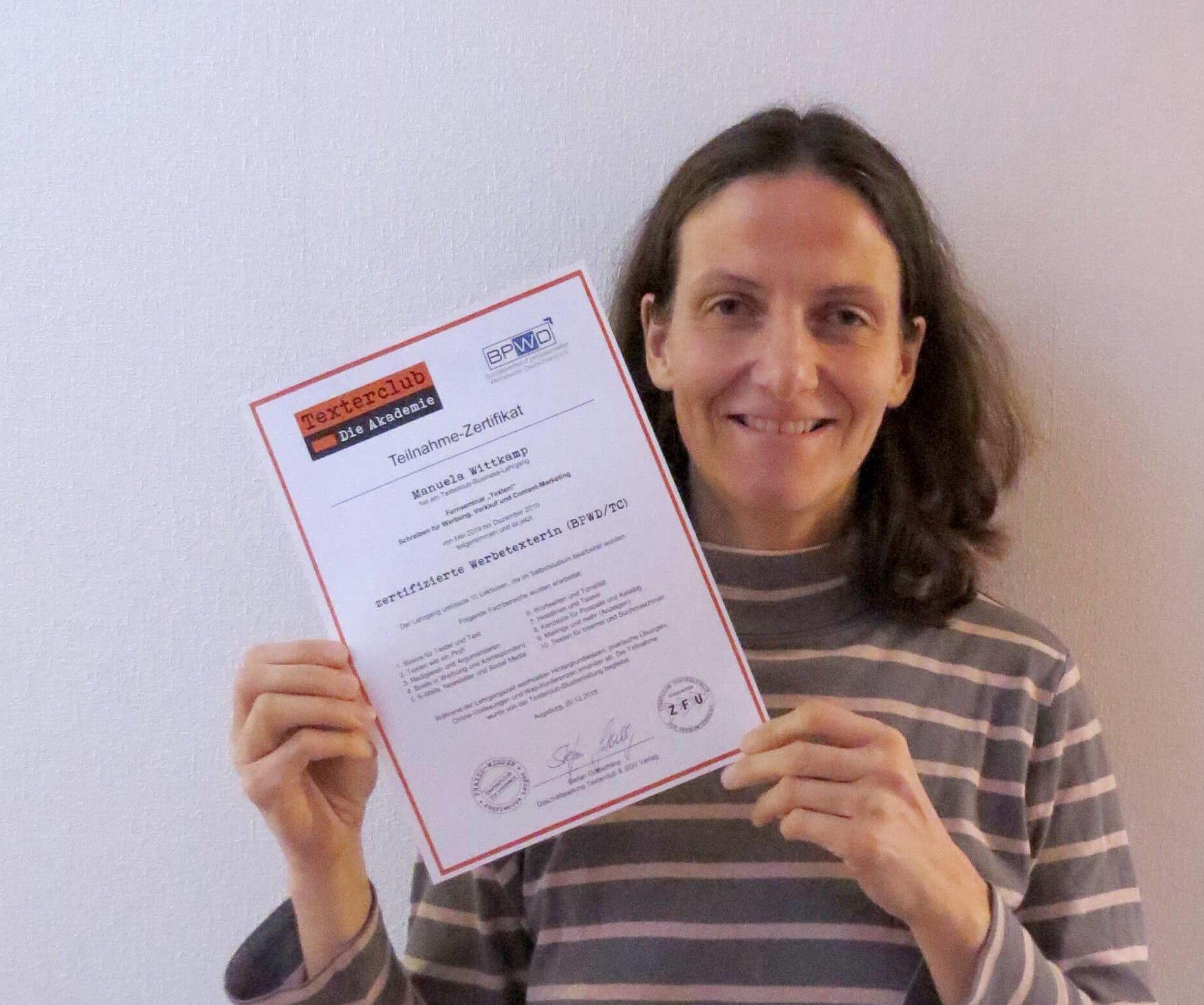Manuela Wittkamp mit der Urkunde zur zertifizierten Werbetexterin BPWD/TC)